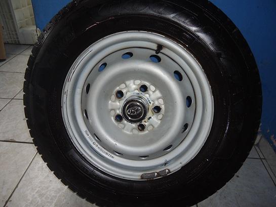Vendo 1 roda HR com pneu 205/70R15C 106/104R. 0