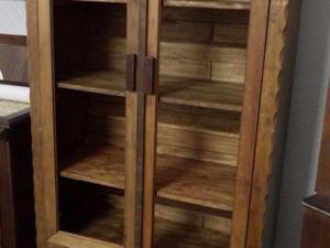 Cristaleira 2 portas e 2 gavetas - madeira rústica