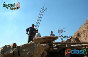 Bizzarri Pedras construindo uma gruta de pedras.