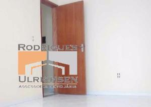 Casa vazia em condomínio com 2 quartos, 2 banheiros e área