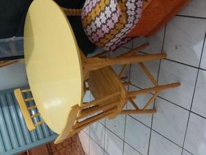 Mesa madeira esvernizada, 4 cadeiras, marfim, em bom estado,
