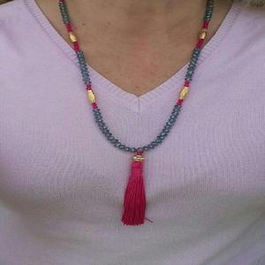 Colar com cristais cinza/pink e pingente de seda