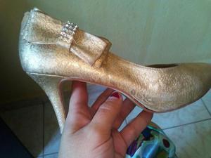 Sapato dourado com strass