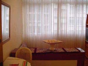 Copacabana. temporada.quarto e sala com wifi. frente.vista
