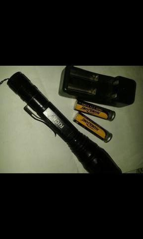 Lanterna tática com carregador e pilhas