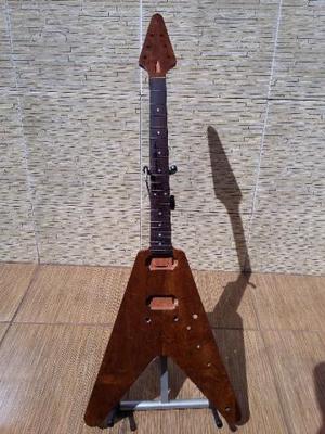 Guitarra modelo fly v em mogno com braço colado