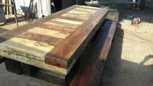 Mesas feitas de dormentes antigos já usados em ferrovias.