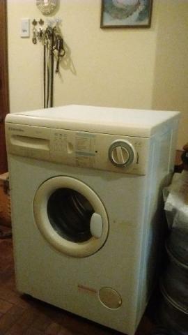 Máquina de lavar roupa eletrolux (água quente)