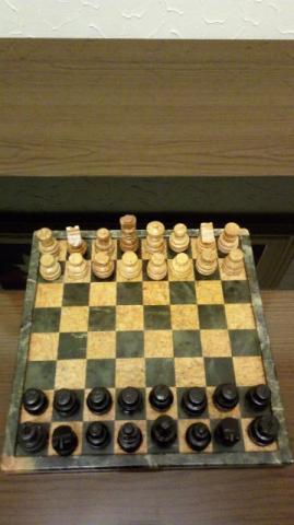 Tabuleiro de xadrez esculpido em pedra