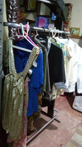 5882d9d7a3 Lote com arara mas 2 parteleiras varias roupas e calcados