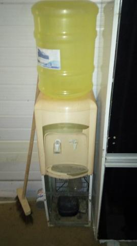 Natural e gelada bebedouro funcionando ainda vai garrafão