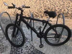 Bicicleta preta de alumínio montada