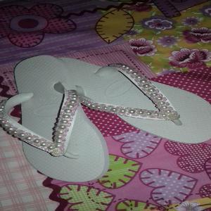 Sandálias havaianas customizadas.