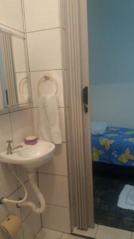 Quarto individual mobiliado com banheiro