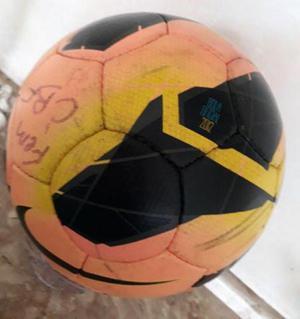 Bola oficial da cbf autografada pela jogadora marta da