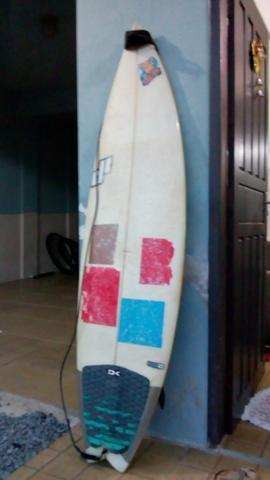 Prancha de surf com quilha e leash