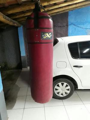 Saco de boxe e luvas