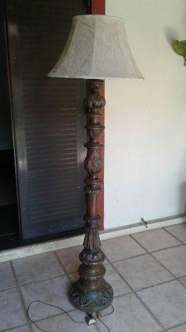 Abajur com pedestal antigo em embuia entalhada