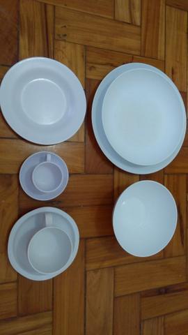 Conjunto de pratos, xicaras com pires e tijelas