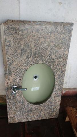Pia em granito com cuba de louça na cor verde