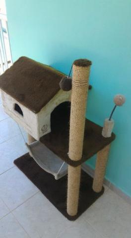 Casa com rede e arranhador para gatos