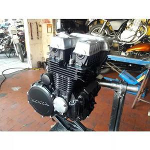 Mecânico de motos clássica.