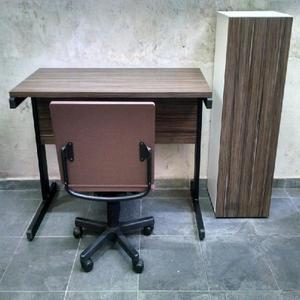 Mesa para escritório, armário e cadeira diretor giratória