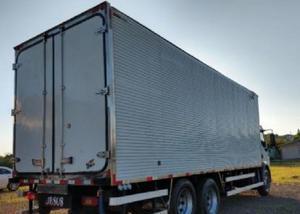 Volvo vm 260 6x2 2011 truck com baú frigorífico gancheiro