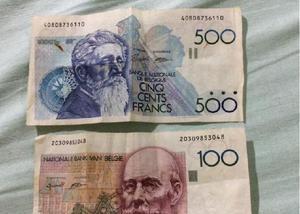Lote de moedas antigas estrangeiras e duas cédulas.