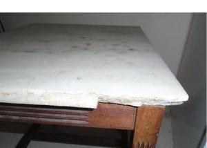 Mesa de centro de madeira com tampo de mármore