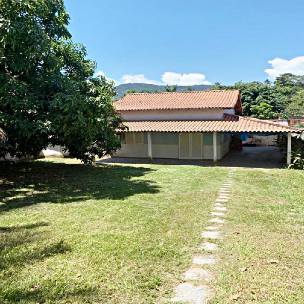 Casa de 2 quartos, terreno grande, bem localizada no bairro