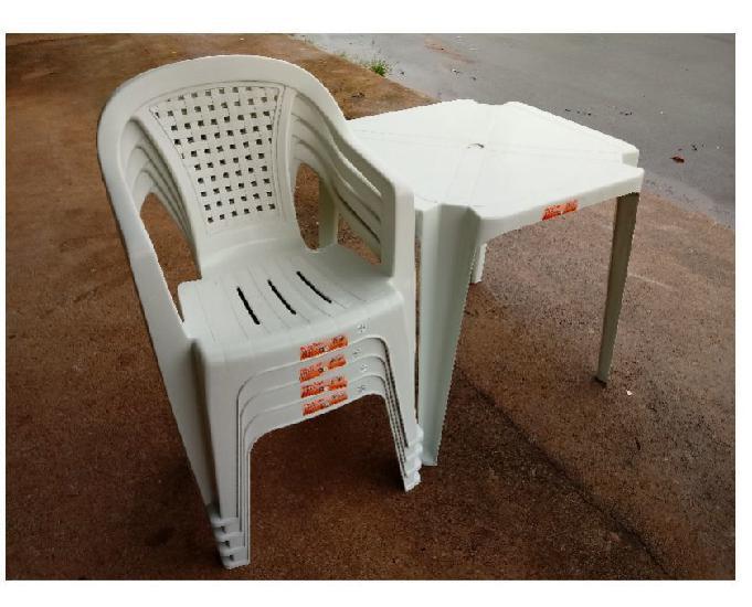 Jogo de mesa e cadeiras plástica tipo poltrona cor branca.