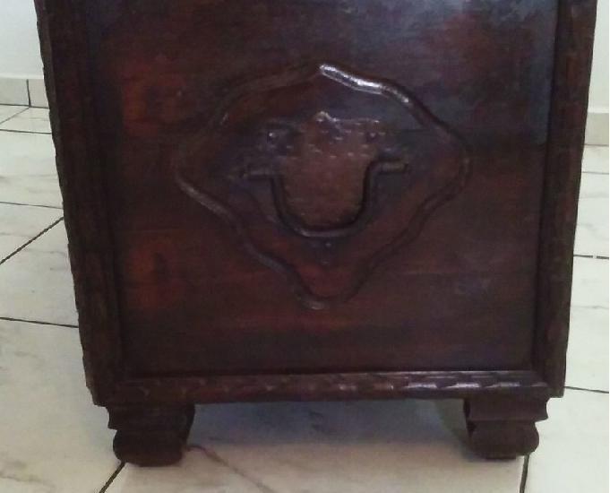 Baú antigo em madeira maciça lindo peça unica