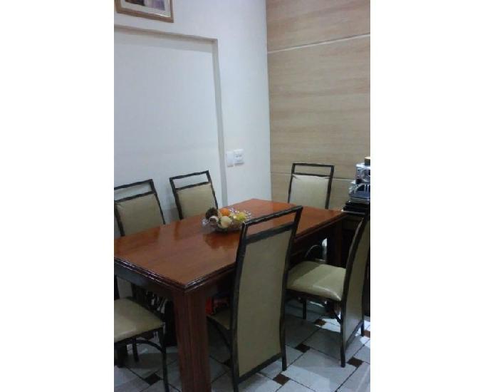 Linda mesa de madeira com cadeiras estofadas