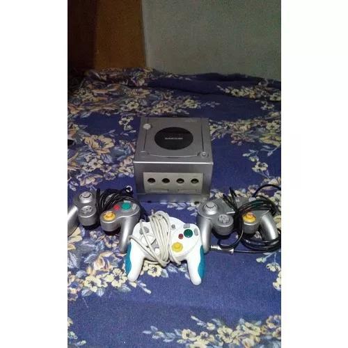 Nintendo gamecube + 3 controles