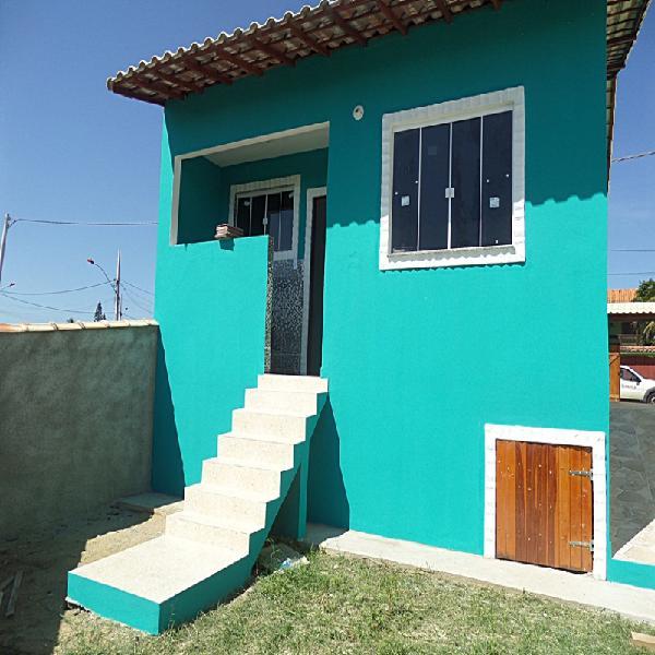 Casa de 2 quartos (sendo 1suíte), cisterna, indo a praia a
