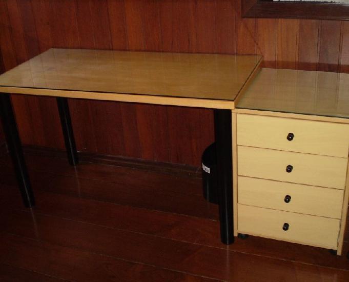 Mesa e gaveteiro em madeira clara para estudo ou escritório