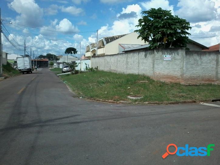 Terreno com casa, de esquina, murado, no asfalto
