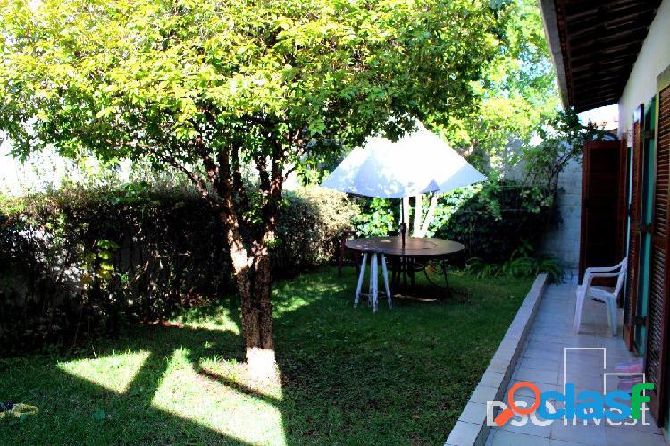 Casa iluminada, local arborizado, Região Nobre