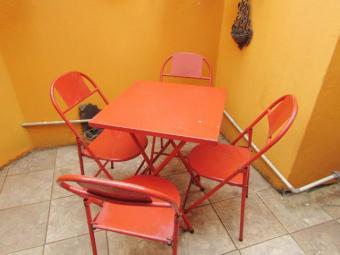 Mesa com quatro cadeiras de metal usado