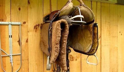 Suporte selas cavalos retrátil baixeiro pelego manta (0278)