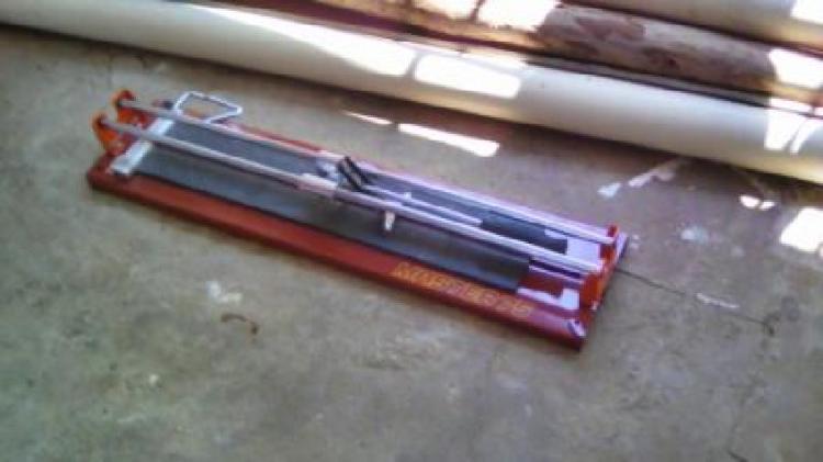 Vende-se máquina de riscar e cortar piso e revestimentos