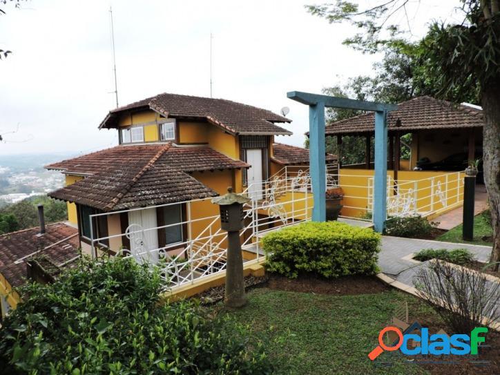 Casa rústica, muito confortável em condomínio de alto padrão