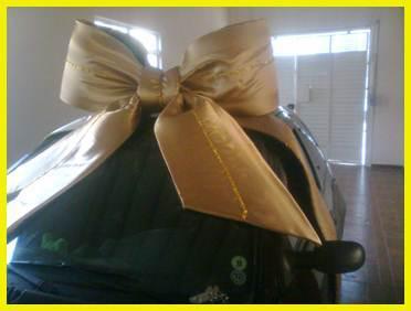 Laço dourado tamanho gigante para decorar carro na entrega