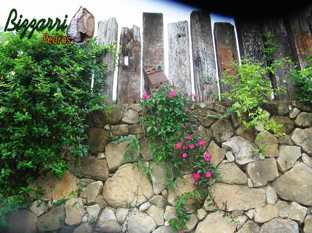 Muros com pedras e dormentes