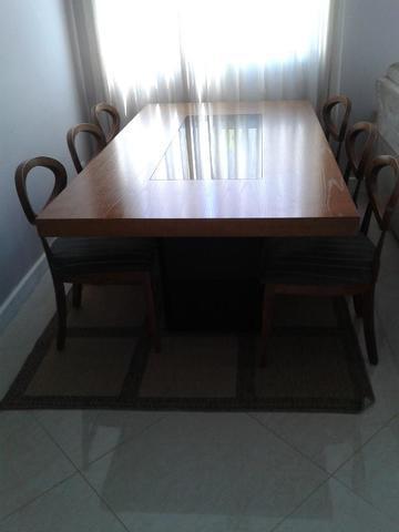 Mesa em madeira com 6 cadeiras e aparador