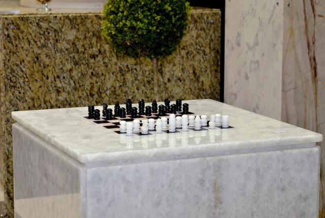 Mesa para jogo de xadrez material granito sky blue