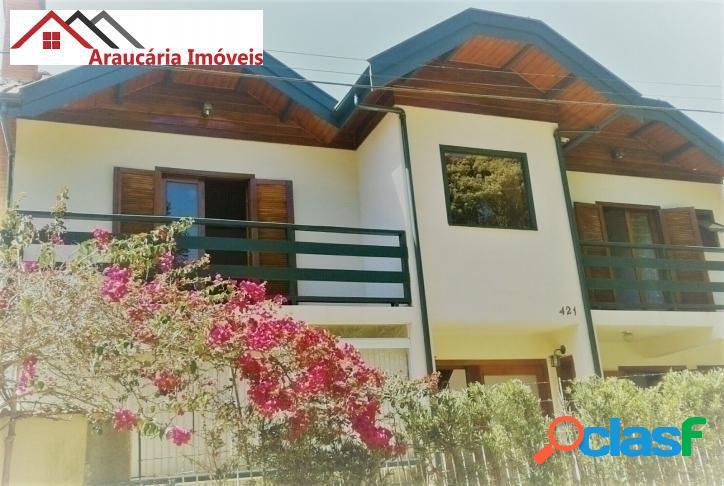 Casa assobradada a venda, com 05 quartos e edícula na região de abernéssia.