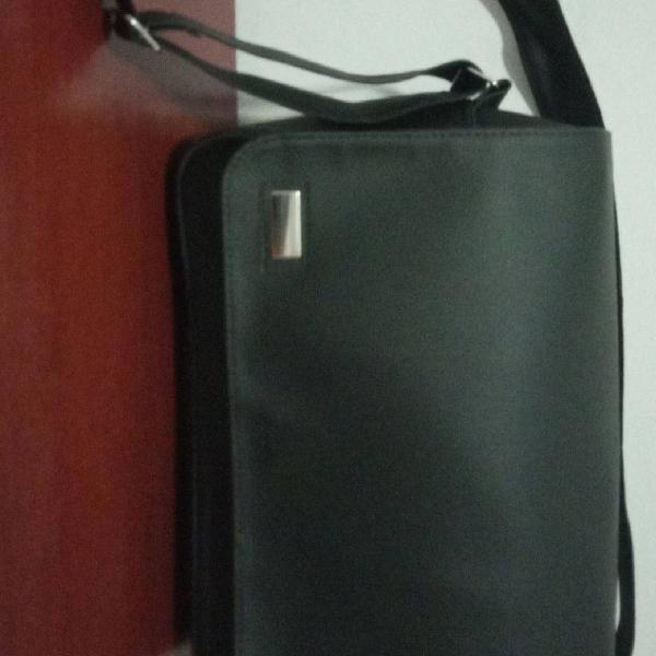 Bolsa transversal preta de couro sintético