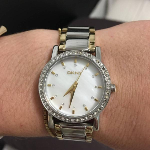 Relógio dkny prata e dourado com pedrarias